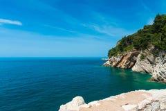 从海和峭壁的垒的看法 免版税库存照片