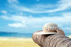 海和帽子在张岛的椰子树 海滩概念sunbeds旅游业假期 2月底海岛做发埃s海运射击泰国 免版税库存图片