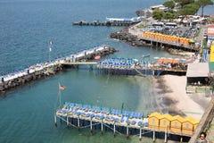 海和沐浴小屋在圣弗朗切斯科索伦托意大利 图库摄影