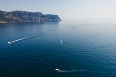 海和海湾的山的看法 免版税库存图片