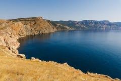 海和海湾的山的看法 库存照片
