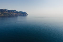 海和海湾的山的看法 库存图片