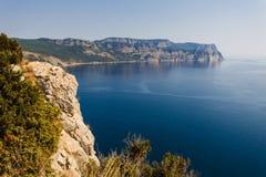海和海湾的山的看法 免版税库存照片