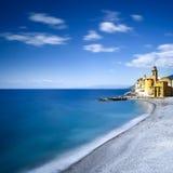 海和海滩视图的卡莫利教会 意大利利古里亚 库存图片