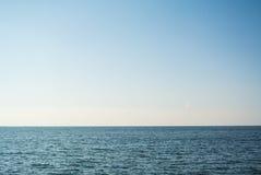 海和清楚的天空 库存图片