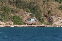 海和渔船的离开的海岛 免版税库存图片