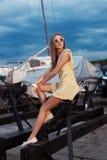 海和游艇背景的俏丽的女孩 免版税库存照片