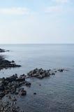 海和火山石黑颜色 免版税库存图片