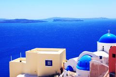 海和白色房子有圣托里尼蓝色屋顶的  免版税库存照片