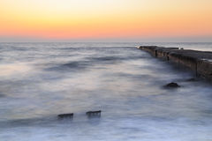 海和码头在黎明,镇静 免版税库存图片