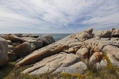 海和粗砺的岩石在Bingie点 澳洲 免版税库存照片