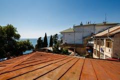 黑海和红色屋顶 免版税库存图片
