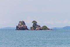 海和美丽的热带海岛 免版税库存图片