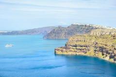 海和船的看法有陡峭的海岸的 免版税库存照片