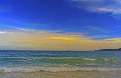 海和蓝天与白色云彩,黄色,桔子,美丽 免版税库存图片