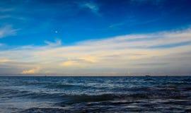 海和蓝天与白色云彩 库存照片