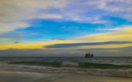 海和蓝天是一个美好的晚上 免版税图库摄影