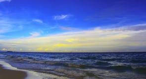 海和蓝天橙黄色秀丽 免版税库存照片