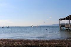 海和镇静天空在码头的边缘 库存照片