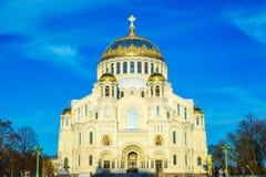海圣尼古拉斯大教堂在Kronstadt,反对蓝天的金黄圆顶, 2018可以 免版税库存照片