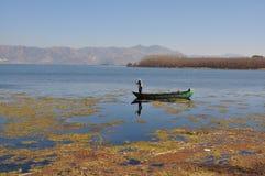 洱海在云南,中国渔船人 免版税库存图片
