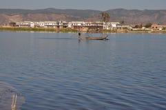 洱海在云南,中国渔船peopleï ¼ Œand住宅湖 库存图片