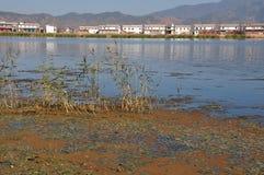 洱海在云南,中国渔船peopleï ¼ Œand住宅湖 库存照片