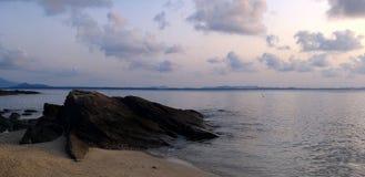 海在多云天空下 免版税库存图片