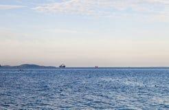 海在天空下 免版税库存图片