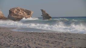 海在岩石海岸线充分的HD挥动 股票录像