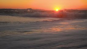 海在岸挥动在日落 股票录像