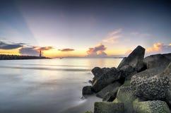 海在惊人的日出背景的视图风景 击中沙滩的阳光射线和软的波浪 库存照片