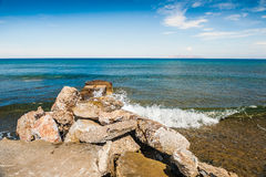 海在海岸挥动 免版税库存图片