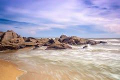 海在海滩挥动 图库摄影