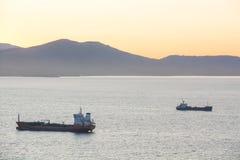 海在港口停住的货船 免版税库存照片