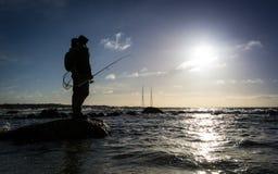 海在瑞典海岸的冬天渔 免版税库存图片