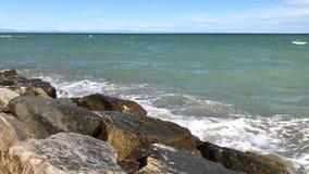 海在石岸的波浪飞溅晴天 股票视频