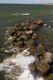 海在石头的波浪断裂 免版税库存图片
