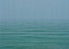 海在雨中 免版税库存照片