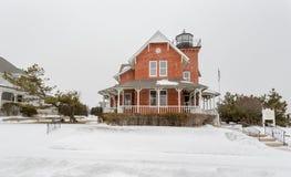 海在雪的佩带的灯塔 免版税库存图片
