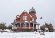海在雪的佩带的灯塔 库存照片