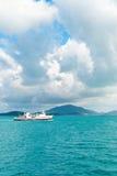 海在高地和多小山绿色海岛附近的轮渡通行证 库存图片