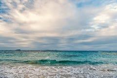 海在philipsburg, sint马尔滕的多云天空挥动 海景和天空与云彩,白色cloudscape 海滩假期在 免版税图库摄影