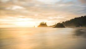 海堆风景看法在第二个海滩的,当日落,在mt Olympmt奥林匹克国家公园,华盛顿,美国 免版税库存图片