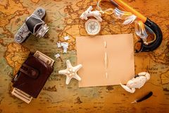 海壳、一台老照相机、一个指南针、金钱和辅助部件潜航的谎言的在葡萄酒卡片 免版税图库摄影