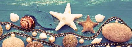 海壳和石头的横幅装饰安排 免版税库存照片