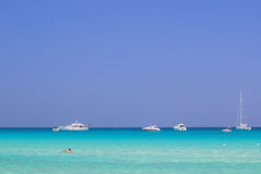 海夏天海滩小船天空 库存照片