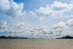 海天空云彩和海岛 库存图片