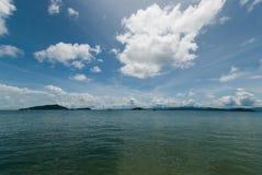 海天空云彩和海岛 免版税库存图片
