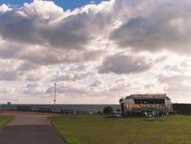 海天线、云彩和一个银色coffee van food卡车/流动咖啡馆美丽的景色在一个公园在海岸附近 免版税库存图片
